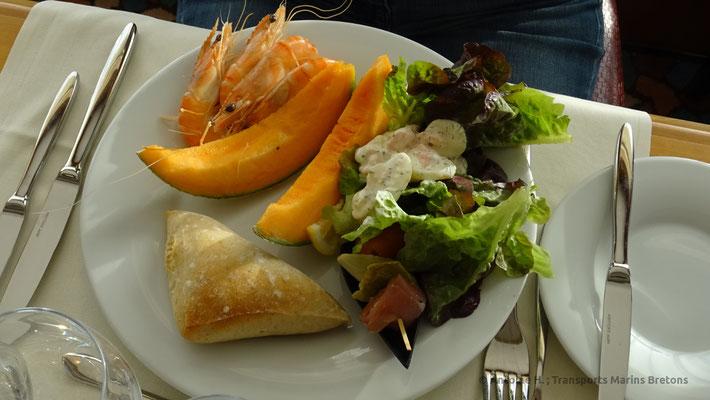 """Assiette remplie avec le buffet du """"Deauville"""""""