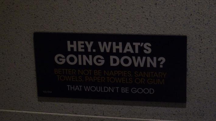 He, qu'est-ce qui est jeté dans les toilettes ? Ce serait mieux si ce n'est pas des serviettes hygiéniques, des serviettes ou des chewingum. Ce ne serait pas bon.