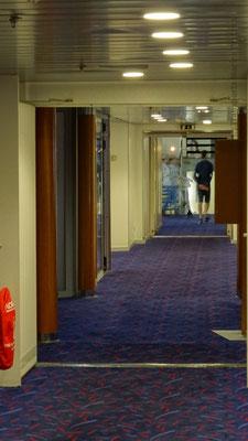 Couloir au pont 8 donnant accès au Colombus Bar. Photo Antoine H.