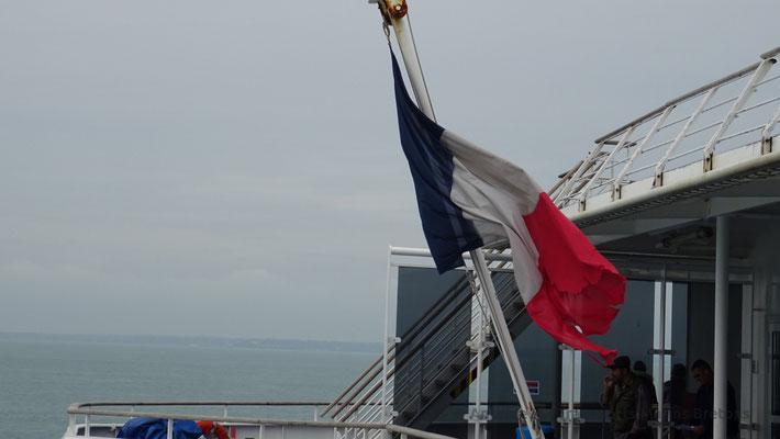 Le drapeau français flotte au gré du peu de vent. Rappelons que Bretagne est immatriculé à Morlaix