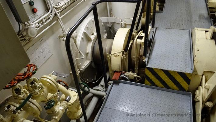 Arbre d'hélice tribord à la sortie de la boîte de vitesse. Photo Antoine H.