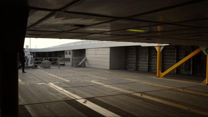 Extrémité du pont garage supérieur du HSC Condor Liberation, où les voitures doivent reculer pour se parquer
