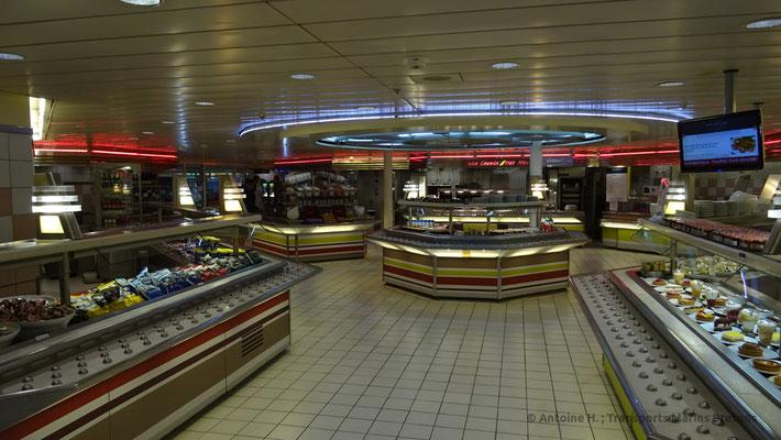 """La splendide zone de service de la """"Riva Bella"""", cafétéria du Normandie"""