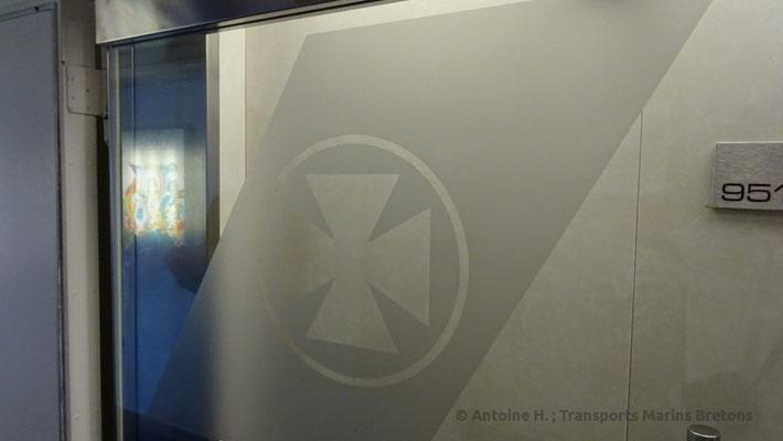 Porte donnant accès aux cabines Commodore, avec la croix Maltaise de DFDS Seaways tintée dessus. Photo Antoine H.