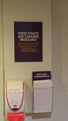 """Ces Toilettes sont lavées régulièrement. Mais si elles ne sont pas super propres merci de le dire à un membre de l'équipage. En dessous est inscrit sur les sacs pour le mal de mer """"Pour votre commodité""""."""