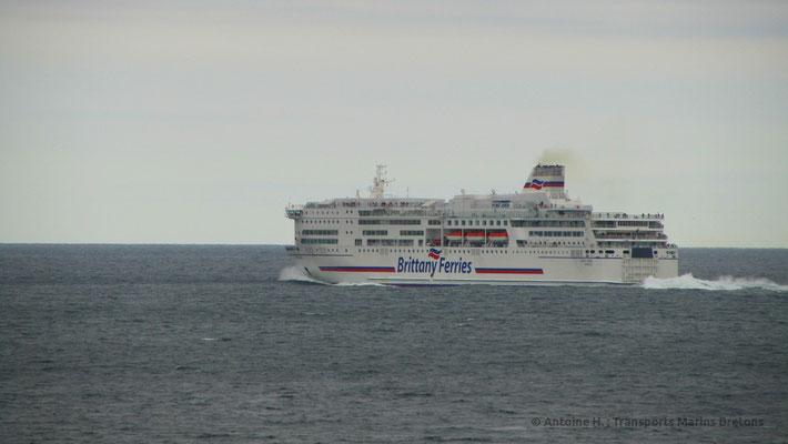 Pont-Aven appareillant de Santander. Il est attendu qu'il soit principalement redéployé sur les lignes Irlande - France après la mise en service du second ferry de type E-Flexer.