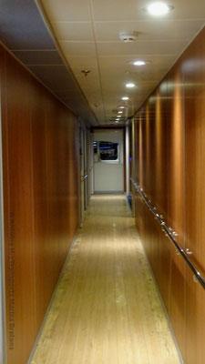 Un long couloir donne accès sur le côté tribord aux classes Ocean Plus et Ocean Club. Photo Antoine H.