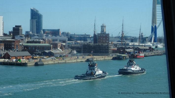 Deux remorqueurs du port de Portsmouth accompagnent Normandie