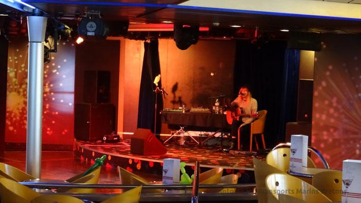 Chanteur occupant la scène du Gwenn Ha Du