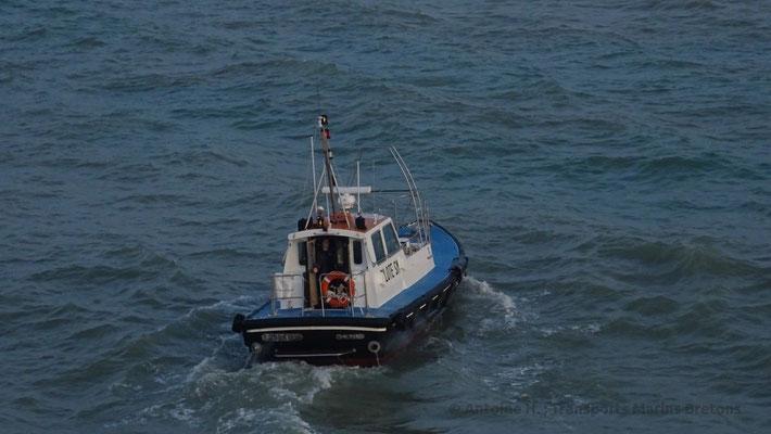 Le Pilote malouin, après avoir assisté le commandant du HSC Condor lIberation à quitter le port, retourne à quai