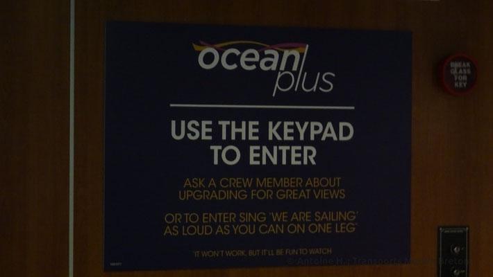 """Utiliser le code PIN pour entrer. Contacter un membre de l'équipage pour bénéficier de vues splendides. Ou pour entrer, chantez """"Nous sommes en train de naviguer"""" aussi fort que vous pouvez à cloche pied.* (*Cela ne marchera pas, mais ce sera amusant.)"""