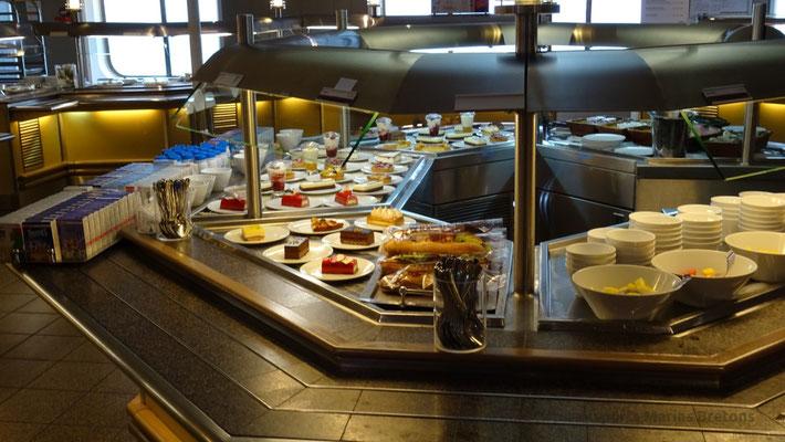 Comptoir des desserts au self-service