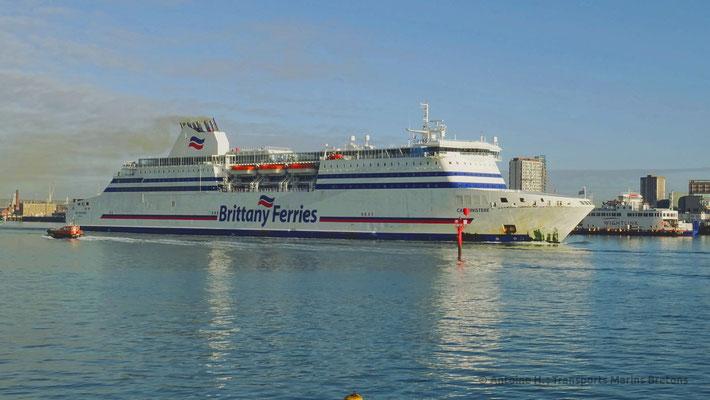 Cap Finistère quittant Portsmouth. Il sera remplacé par la mise en service du second ferry de type E-Flexer.