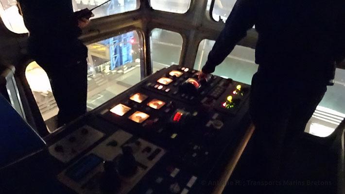 Le second-capitaine positionne délicatement Bretagne sur son quai
