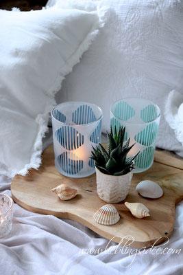 Sommerliche Dekoration mit Naturmaterialien und Meeresfarben