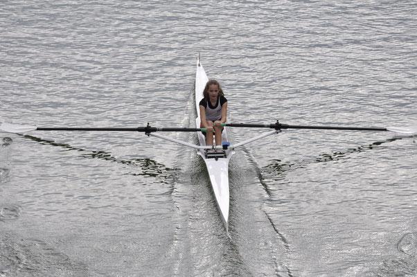 Antonia Herpich kurz vor dem Ziel im Mädchen Einer 13 Jahre und jünger