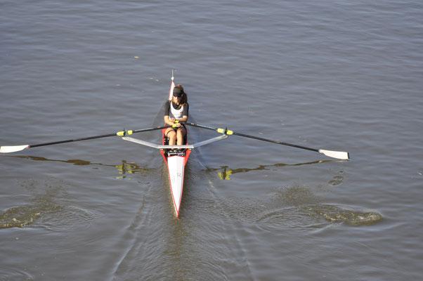 Luisa Birker auf dem Weg zum Sieg kurz vor dem Ziel im Juniorinnen Einer A