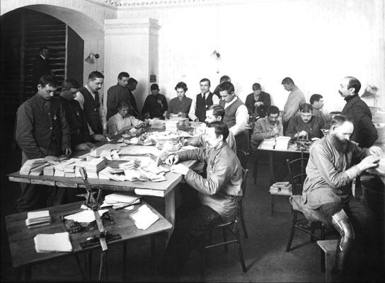 Инвалиды за работой на конвертной фабрике общества «Братская помощь». Петроград. 1916