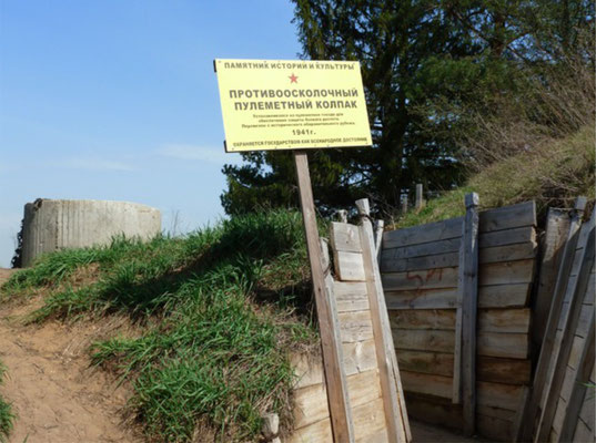 Вдоль дорожки воссозданы окопы, блиндажи, огневые точки и наблюдательные пункты передового рубежа обороны Красной армии
