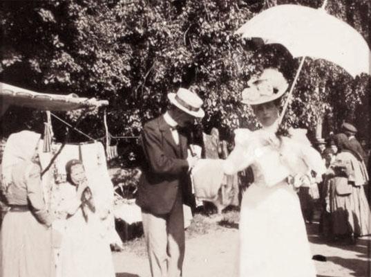 Княгиня З.Н.Юсупова у лотков с товарами во время ярмарки, проходившей в имении князей Юсуповых Архангельское