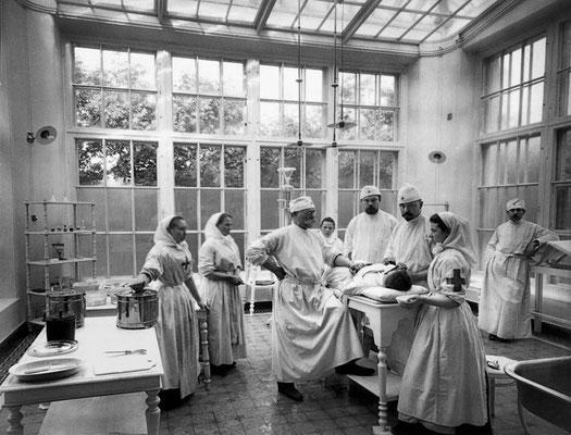 Интерьер операционного павильона больницы Александровской общины. Санкт-Петербург. 1900-е