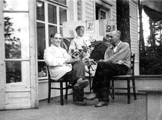 Ефанов В.П. 1959. С академиком П. Л. Капицы и его портретом на даче. Николина Гора.