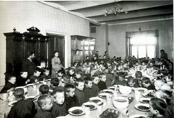 Воспитанники за обедом в столовой Дома призрения и ремесленного образования бедных детей в С.-Петербурге. Начало 1990-х гг