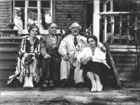 Анна Алексеевна Капица (урожденная Крылова) прожила со своим мужем, выдающимся русским физиком Петром Леонидовичем Капицей