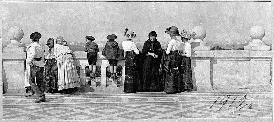 Ещё один вид со смотровой площадки, дети с женщинами