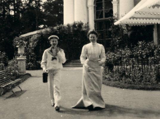 Юный Феликс Юсупов с одной из племянниц князя Феликса Юсупова-старшего на прогулке в Архангельском