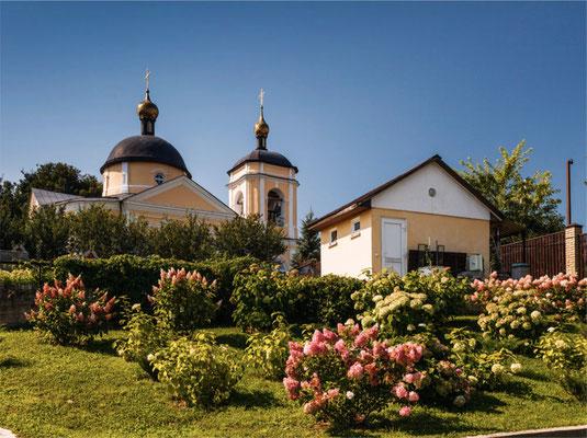 Крестильный храм неоклассических форм при Знаменской церкви (построен в 2001-2002 гг.)