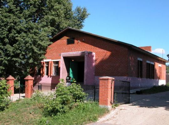 Здание магазина и почты рядом с храмом