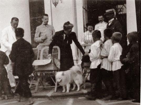 Княгиня угощает крестьянских детей сластями.