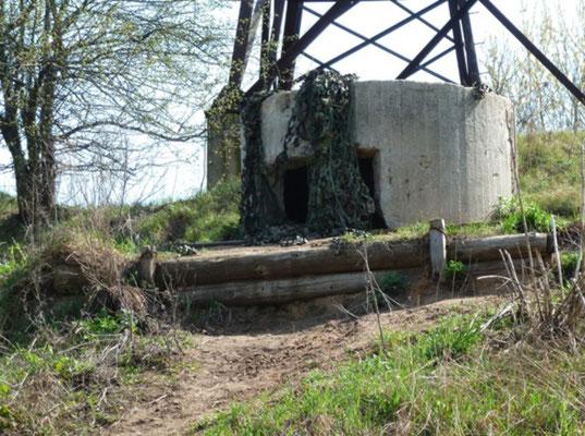 Усилиями энтузиастов на берегу Москва-реки у деревни Дунино была создана точная реконструкция оборонительных сооружений осени 1941-го года