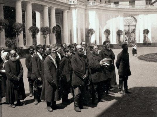 Крестьяне приветствоют хлебом и солью приехавших хозяев. Имение Архангельское.