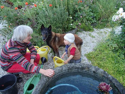Sarah mit Conny am Quellbrunnen