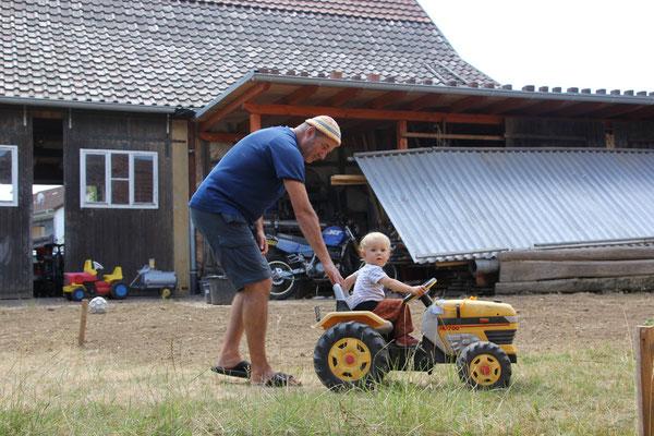 Sarah auf dem Traktor