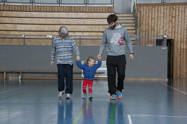 Sarah mit Onkel und Oma am Sporttag