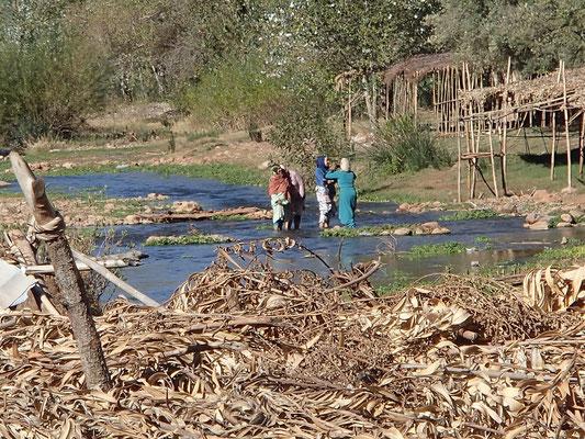 Frauen im Fluß, Ouzoud