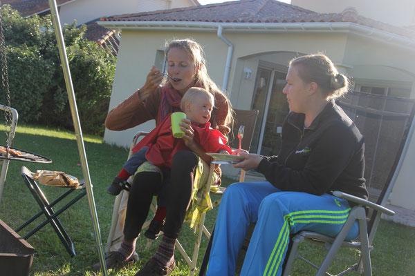 Mechthild, Stephanie und Sarah beim Grillen