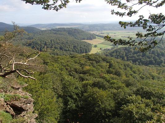 Blick vom Herrmannsstein ins Weserbergland