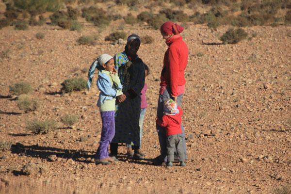 Besuch einer Berberfrau m.Kinder, Richt.Mengoub