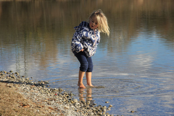 Sarah erstes Fußbad, Lußsee