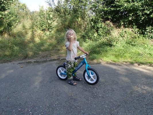 Sarah mit dem Laufrad, Odenwald