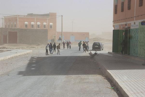 Sandsturm im Dorf