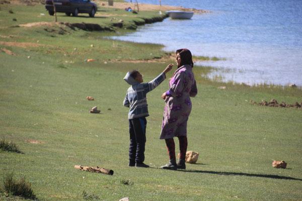 Mutter und Sohn Standplatz See,Nähe Izhir