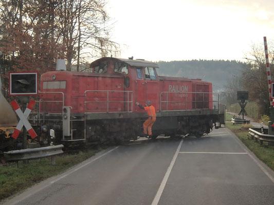 Zug am geöffnten beschrankten Bahnübergang, Niederbayern