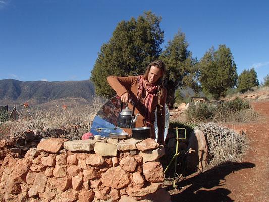 Stephanie beim Sonne-Kochen