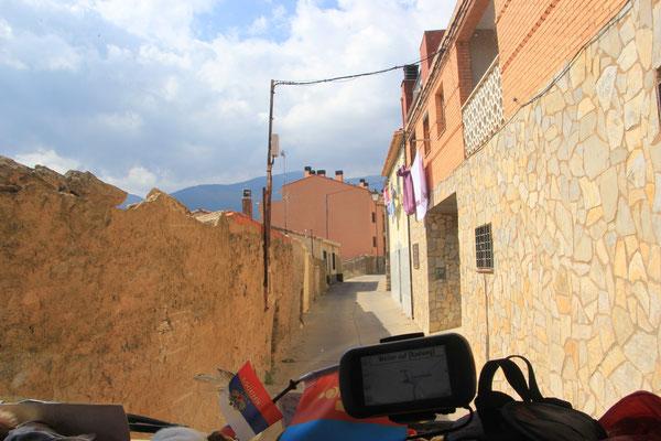 enge Ortsdurchfahrt Richtung Santuario Moncaya