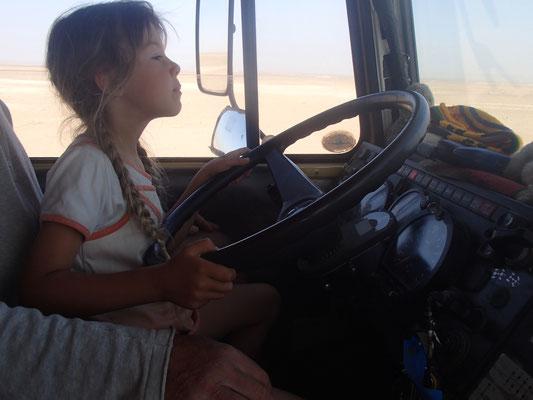 Sarah fährt über den Lac Iriki